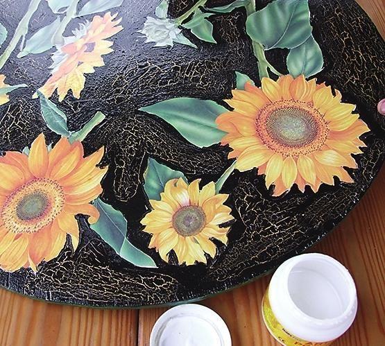 Наклейте вирізані квітки на стільницю.