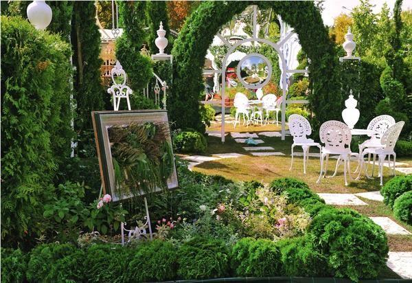 Зіграємо в хованки: дзеркала, скло і полікарбонат в садовому дизайні