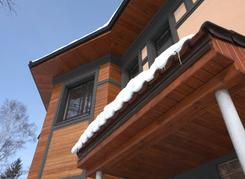 Термодеревина: використання будинку і на ділянці