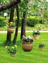 Прикрашаємо сад підвісними горщиками