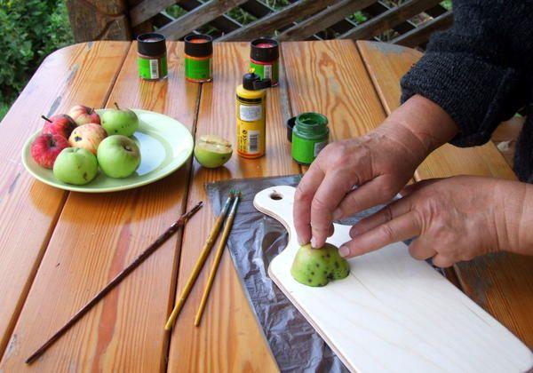 Притискаємо яблуко до поверхні