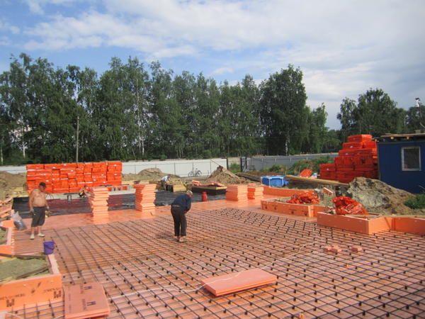 Під бетонну фундаментну плиту в цьому проекті підкладається 10 см шар екструдованого пінополістиролу. Втрати тепла в грунт тут будуть зведені до мінімуму